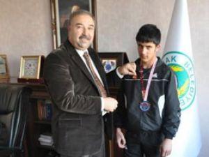 Başarılı genç halterciye ödül