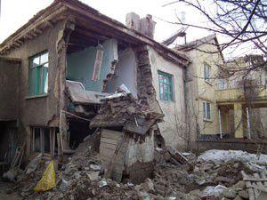 Akşehirde ev çöktü