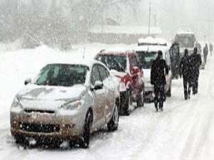 Kar yağışı ulaşımı vurdu; yollar kapandı