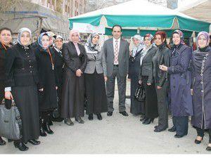 Semt pazarında kadınlar gününü kutladı