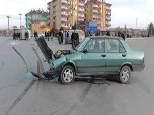Kamyonet otomobille çapıştı: 4 yaralı