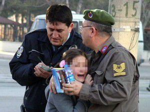 Kazada şoka giren kızı asker baba teselli etti