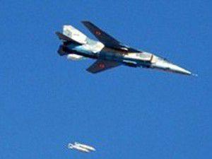 Pilot, askeri binayı bombaladı, Türkiyeye sığındı