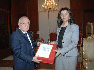 Türkmenoğlu Anayasa Taslağını Çiçeke sundu
