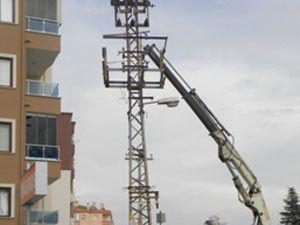 Elektrik akımına kapılan işçilerden biri öldü