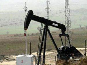 Köy meydanından petrol çıktı