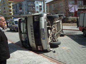 Akşehirde minibüs otomobille çarpıştı