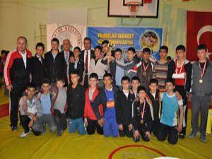 Öğrenciler güreş turnuvasında yarıştı