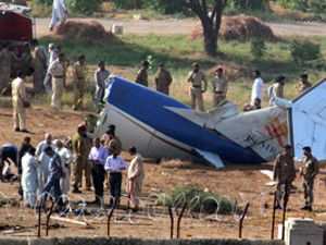 Pakistanda uçak düştü