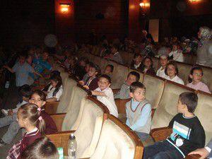 Öğrencilerin tiyatrodaki neşeli anları