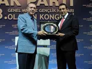 Erdoğan çalışmalarından dolayı Akışa plaket verdi