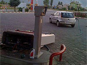 Dalgın kadın sürücü, benzin aldığını unutunca