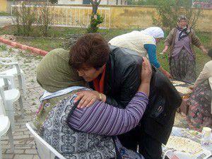 Başkan Çiğdem, annelere eşarp dağıttı