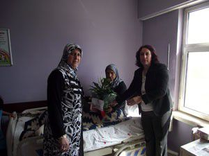 AK Parti, hastanedeki anneleri ziyaret etti