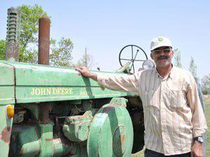 Baba yadigârı traktöründen vazgeçmiyor