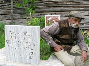 Şehit oğlunun mezarı başında bekliyor