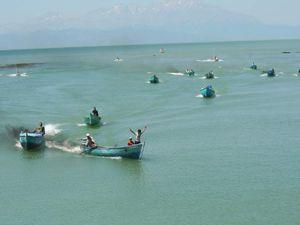 Balıkçı tekneleri mazot için yarıştı