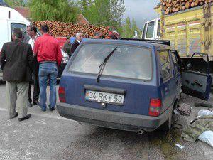 Odun yüklü kamyon otomobille çarpıştı: 4 yaralı