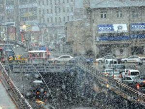Erzuruma lapa lapa kar yağdı