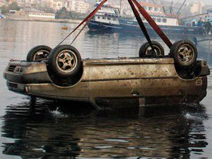 Otomobil denize uçtu: 4 kişi öldü