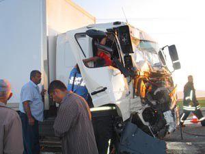 Traktör kamyonetle çarpıştı