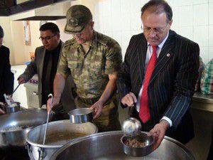Akşehir protokolü yemek dağıttı