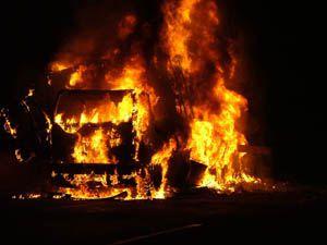 Konyada çikolata yüklü kamyon alev alev yandı