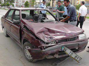 iki otomobil çarpıştı: 3 yaralı
