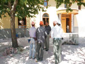 Karatay'da parke zemini eskimiş camiler yenileniyor