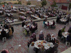2 bin kişi birlikte iftar açtı