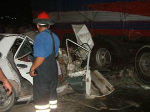 Barikat için konulan kamyona çarptı: 1 ölü 2 yaralı