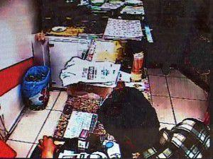 Şüpheliler kasadan sigara parası çaldı