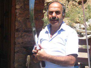 Usta, Davutoğluna kılıç yaptı