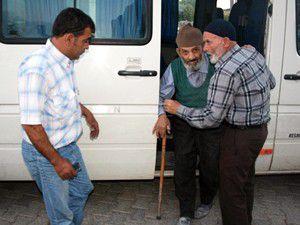 Yaşlılar iftar sofrasına servisle taşınıyor