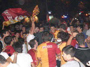 Galatasaraylı taraftarlar sokağa döküldü