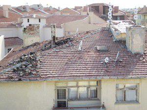 Çatıdan düşen parçalar tedirgin ediyor