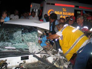 Otomobille çarpışan otobüs devrildi! 17 yaralı