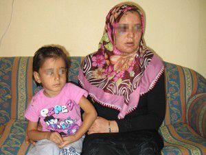 Üç yaşındaki kızının gözü önünde dövdü