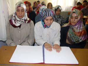 Kuran-ı Kerimi parmak uçlarıyla okuyorlar