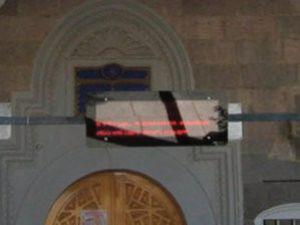 Cami Kapısında Tepki Çeken Yazı