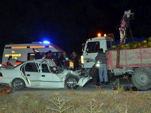 Traktör römorkuna çarpması sonucu 2 kişi öldü