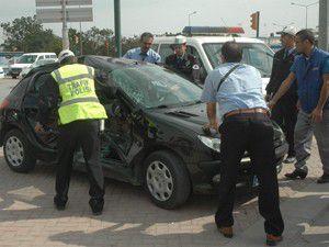 Polisin kullandığı otomobil tramvayla çarpıştı