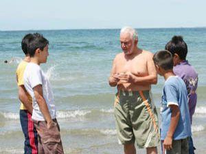 69 yaşında çocuklara gönüllü yüzme öğretiyor