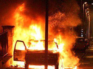Özel bir şirkete ait araçlar yakıldı