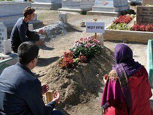 Sevenleri Ertaşın mezarına koştu