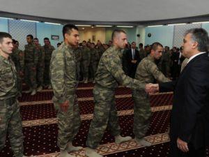 Abdullah Gül askerlerle bayramlaştı