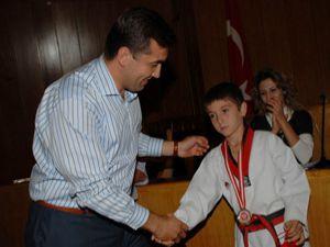 Kalaycı, şampiyon tekvandocuları ödüllendirdi