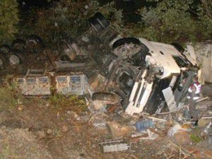 TIR, çarptığı evi yerle bir etti