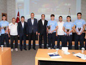 Başkan Altaya kupalar hediye edildi