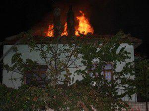 Patlama sonucu yangının çıktığını belirtildi